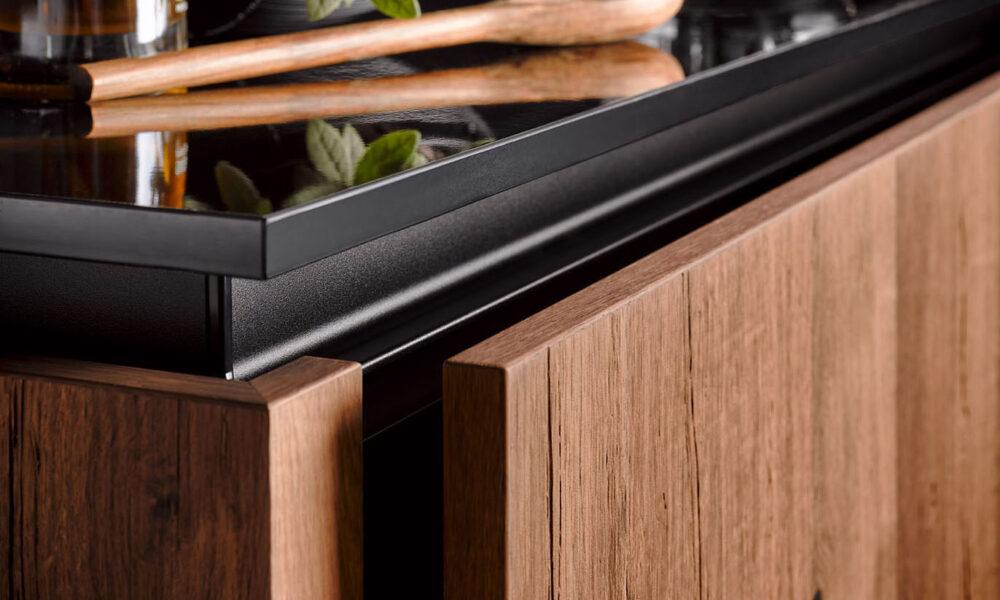 détail d'un meuble de rangement en bois et plan de travail noir